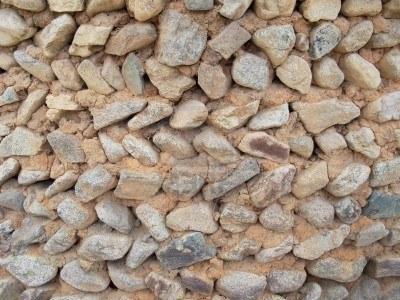 6335668-la-mano-de-una-viejo-construido-barro-y-muro-de-piedra